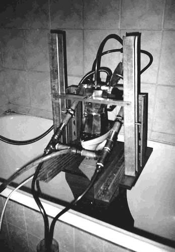 Есси кто не понял - так это самогонный аппарат из утюга и гейзерной кофеварки.  Эвон как голь на выдумки-та хитра!